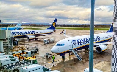 Žena zomrela, keď sa cestujúci ponáhľali nastupovať do lietadla Ryanairu