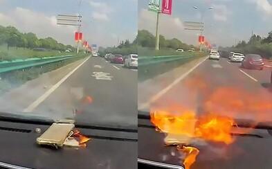 Ženě vybuchl iPhone na palubce poté, co si nechala baterku vyměnit v neoficiálním servisu