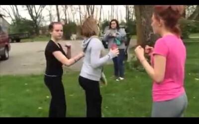 Ženská bitka: päste a knockout lopatou