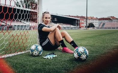 Ženským fotbalem se v Česku dá uživit, hrát za nároďák je čest, říká brankářka Slavie Barbora Votíková