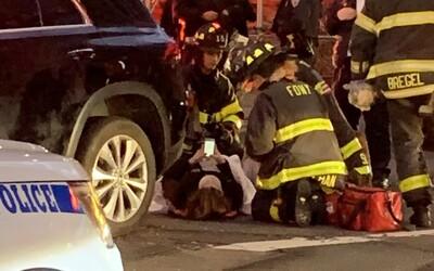 Ženu zaklesnutou pod autem vysvobodili náhodní kolemjdoucí. Jakmile měla volné ruce, vytáhla mobil, aby mohla napsat status