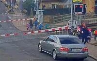 Ženy převáděly skupinu dětí přes železniční přejezd se spuštěnými závorami. Nyní je vyšetřuje policie