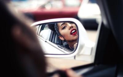 Ženy v Írsku si už nemôžu nanášať mejkap počas šoférovania. Inak im hrozí pokuta