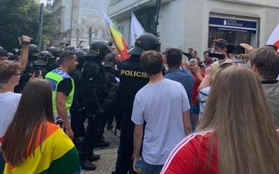 Zhruba 50 odpůrců LGBT komunity narušilo pochod v Plzni. Museli zasáhnout těžkooděnci