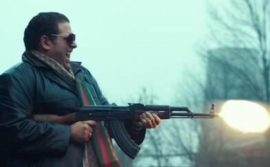 Zhulení priekupníci so zbraňami sa zabávajú vojnou a násilím v traileri pre vtipnú drámu War Dogs