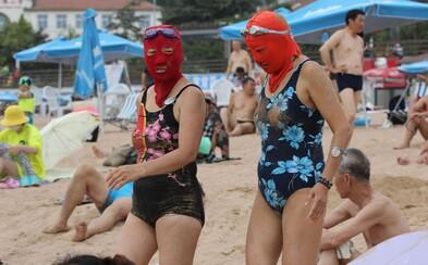 Žiadne natáčanie hororu, ale Číňania užívajú si chvíle na pláži. Masky na tvárach sa opäť vrátili