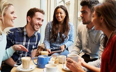 Žiadne Wi-Fi, smartfón či otváranie chladničky. Ako sa správať na návšteve, aby sme neboli považovaní za hlupákov?