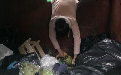 Žijú z vyhodených potravín obchodných reťazcov, čím bojujú za zdravšiu planétu. Kto sú slovenskí dumpster diveri?