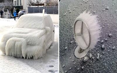 Zima dokáže přetvořit auta na umělecké kousky. Stačí je v silných mrazech nechat stát venku