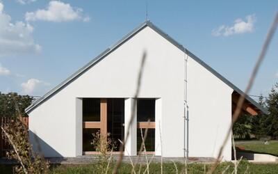 Život na vesnici může vypadat i takto úžasně. Dům od českých architektů si zamiluješ na první pohled