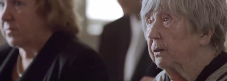 Život začína po stovke. 104-ročná Švédka učí starých ľudí narábať s počítačmi, bloguje a občas zájde aj na rande