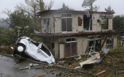Zkáza v Japonsku, tajfun Hagibis si vyžádal první oběť. Ulice jsou plné vody, domy a auta jsou zničeny