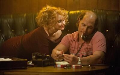 Zlato ťažiaci opilec Matthew McConaughey obetuje všetko pre svoj ziskuchtivý sen (Recenzia)