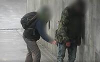 Zloděj okradl v Brně opilého muže, který podřimoval vestoje. Při činu jej zachytila kamera