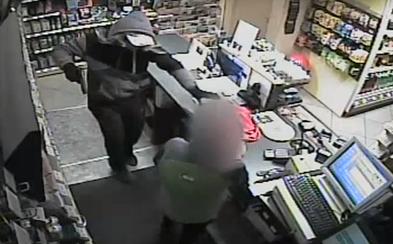 Zloděj se při úprku z vykradené benzínky v Praze přerazil o ostnatý drát a vysypal část lupu. Policie po něm pátrá