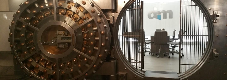 Zloděj si po 60 letech připil v bance, odkud ukradl přes 2 miliony dolarů