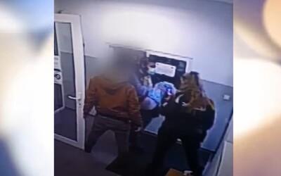 Zlodej v Bratislave počas úteku pred políciou vyskočili z okna ako v akčnom filme. Po páde ho museli brať na rukách
