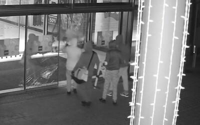 Zloději v Praze ukradli šperky za 20 milionů korun, hledá je policie