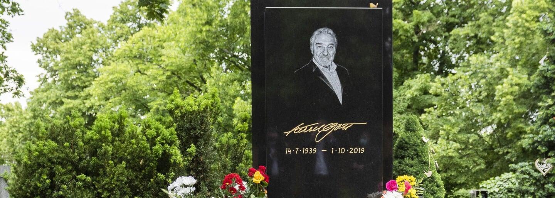 Zloději vykradli hrob Karla Gotta