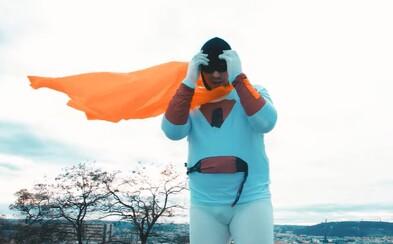 Zm*di jako já už nejsou, rapuje James Cole převlečený za superhrdinu v klipu na track Spaceghost z nového alba