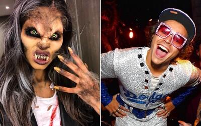 Známe osobnosti si Halloween užívajú plnými dúškami. V akých kostýmoch sa ukázali modelky Victoria's Secret či Kylie Jenner?