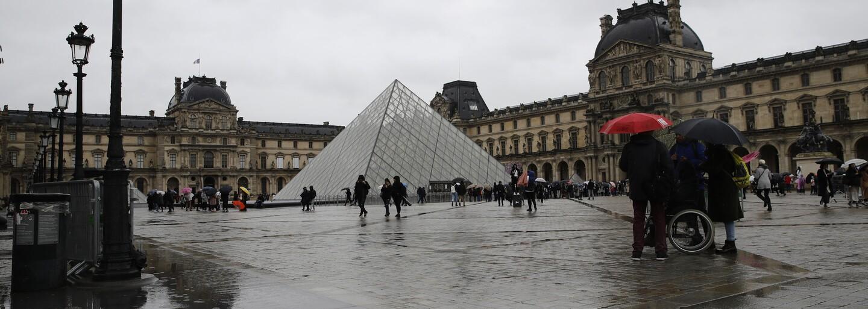 Známé pařížské muzeum Louvre je od neděle zavřeno pro obavu z koronaviru