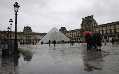 Známe parížske múzeum Louvre je od nedele zatvorené pre obavu z koronavírusu