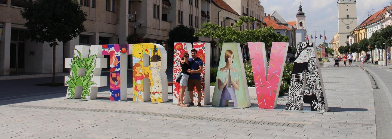 Známy 9-metrový hashtag Trnava získal vďaka umelcom nový vzhľad. Vyníma sa v centre mesta