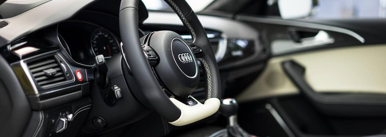 Známý showroom Audi opět poutá pozornost, nynější lahůdku ztvárňuje žluto-zlatá RS6!