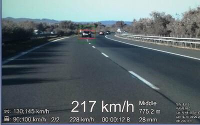 Zo slovenskej diaľnice sa stala pretekárska dráha. Policajti počas jednej služby namerali trom vodičom viac ako 190 km/h
