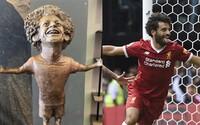 Zo sochy Mohameda Salaha sa smeje celý internet. Prirovnávajú ju ku Cristianovi Ronaldovi z minulého roka