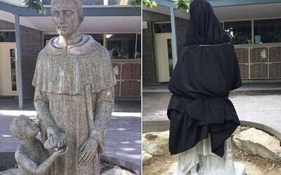 Zo sochy v katolíckej škole sa smeje celý internet. Nešťastne umiestnený bochník chleba prinútil riaditeľa prikryť ju plachtou