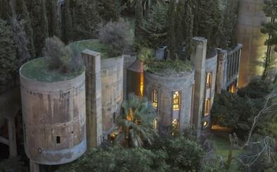 Zo starej schátranej cementárne je dnes nádherný domov pripomínajúci obrovské umelecké dielo