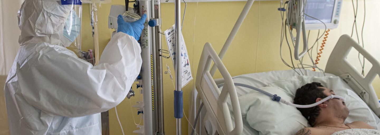 Zomierajúci neočkovaní pacienti ma dnes prosia, aby som im rýchlo dala vakcínu. Je príliš neskoro, hovorí lekárka