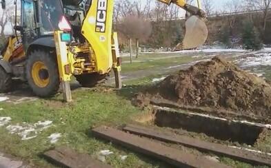 Zesnulé ve slovenském městě pohřbívají tak, že je zasypávají bagrem