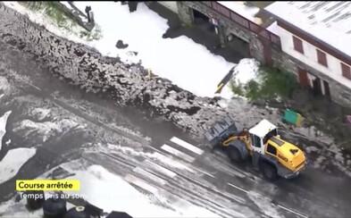 Sesuv půdy a sníh na Tour de France způsobily problémy, etapu museli předčasně ukončit