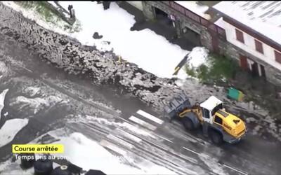 Zosuv pôdy a sneh na Tour de France spôsobili problémy, etapu museli predčasne ukončiť