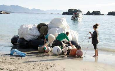 Zozbierali 25 ton plastu z oceánu a vyrobili z nich obaly na kozmetiku. Firma Lush vyrába produkty ručne, no pritom myslí aj na moria