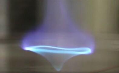 Seznam se s novou formou ohně, plamenné modré tornádo na hladině vody by mohlo sloužit k čištění ropných skvrn