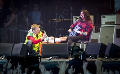 Zpěvák Foo Fighters si zlomil nohu během koncertu, do čtvrt hodiny se ale vrátil a celý ho dohrál