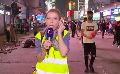 Zpravodajka ČT předčasně ukončila reportáž z Hongkongu. V živém přenosu musela utéct před gumovými projektily