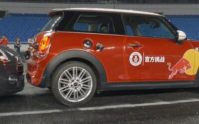 Zručný čínsky šofér prekonal svetový rekord v najtesnejšom parkovaní, medzi autami zostalo len 8 centimetrov!