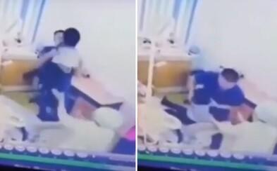 Zubár udieral 7-ročného chlapca o kreslo. Nechcel totiž otvoriť ústa