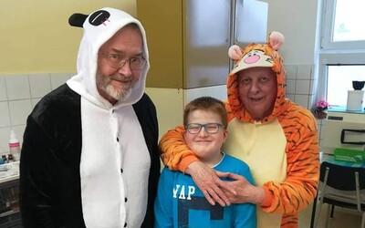 Zubní lékař z Nové Bystřice se převlékl za pandu, aby mohl ošetřit chlapce s autismem