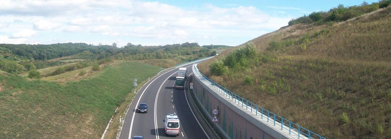 Zúfalci na slovenských cestách dobili vodiča kameňom aj plynovou pištoľou. Nevinného šoféra sa snažili prehodiť cez zvodidlá