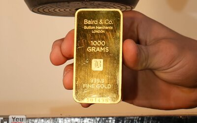 Zvládla zlatá tehlička v hodnote 40-tisíc dolárov tlak hydraulického lisu? Nová forma mu celkom pristala