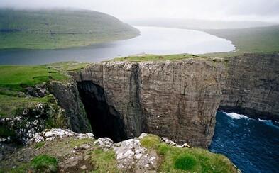 Zvláštne jazero ležiace viac ako 30 metrov nad hladinou blízkeho oceánu, ktorému pred vyliatím bráni iba útes