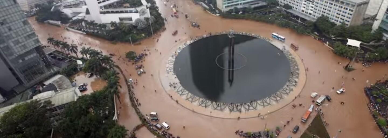 Zvlněné chodníky a propadávající se půda. Město Jakarta se potápí nejrychleji na světě