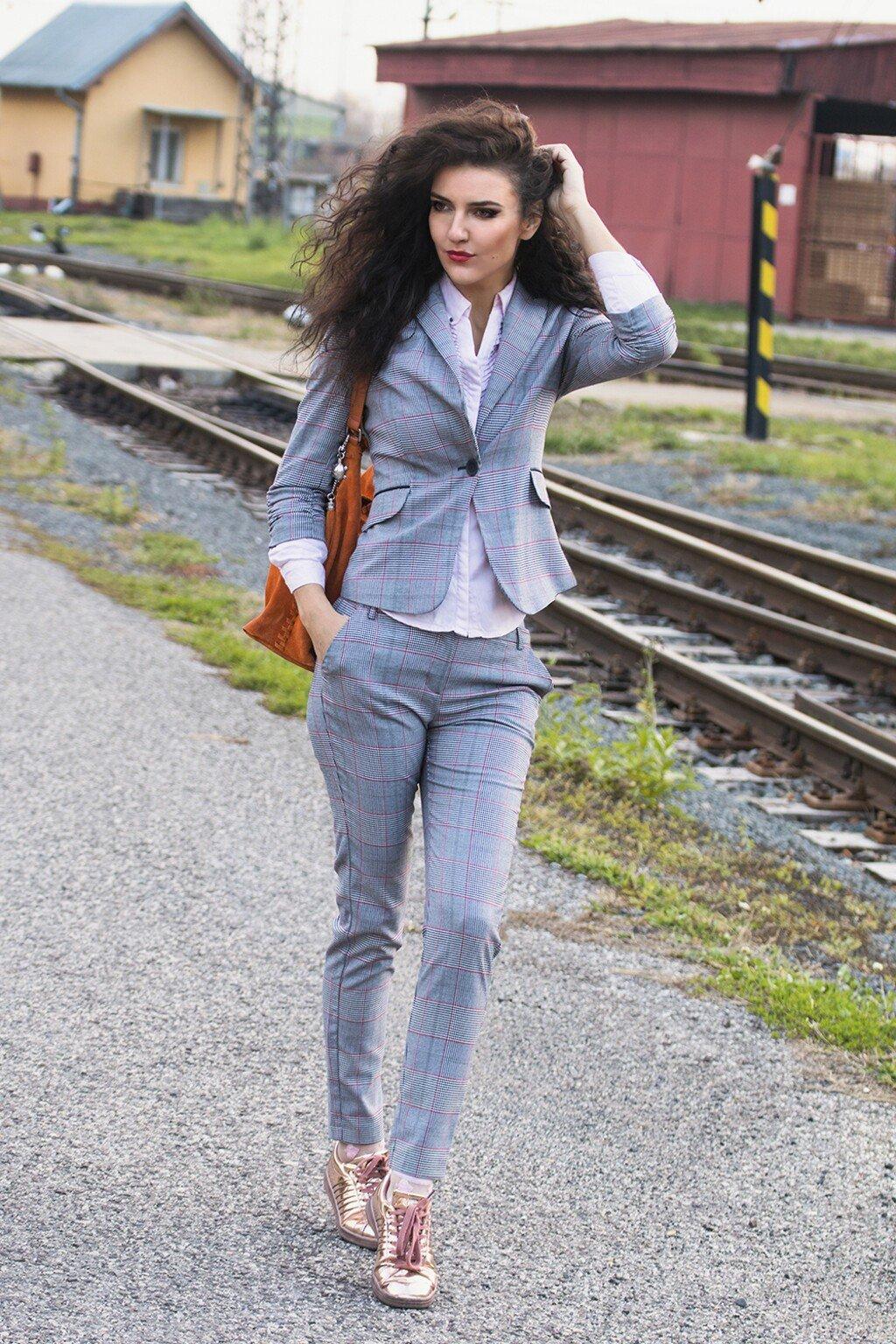 867f6cf8d964 Károvaný šedý nohavicový kostým - unikátny skvost každej ...