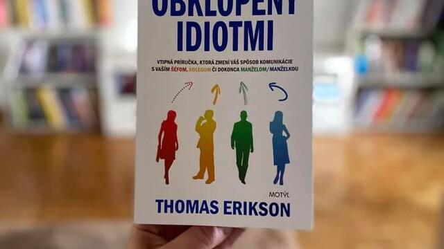 Knihy, čo ťa nakopnú : OBKLOPENÝ IDIOTMI